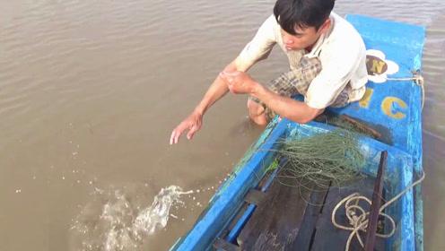 将浑水中的绳子慢慢收拢,突然水面泛起小浪花,看来底下有大货