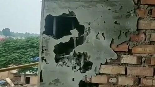 这砌墙的偷工减料,可把包工头气坏了