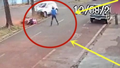 轿车撞翻摩托,路怒司机掏出神秘物品,警察看完脸色大变!