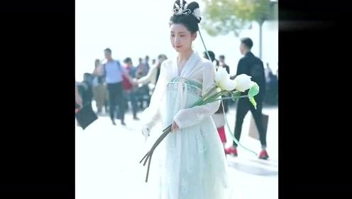 街边偶然拍到一位穿汉服的小姐姐,这么美是仙女吧,下凡辛苦了