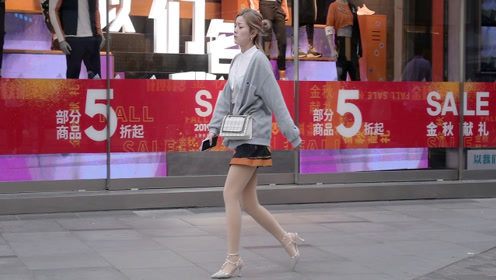秋天的短裙,是不是要穿着高跟鞋才好看?时尚姑娘展示怎么穿搭