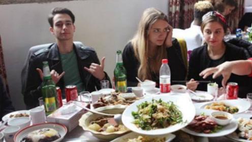 东北人请法国朋友吃饭,被朋友吐槽小气,结果菜上齐后朋友都愣了!