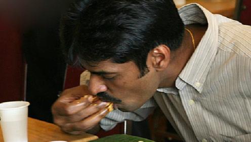 印度游客来中国旅游,吃饭时想用手去抓,结果上菜时无奈了!