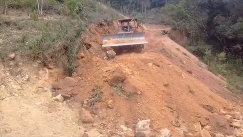 推土机在山坡上修路,这活就得老司机干,新手容易手抖