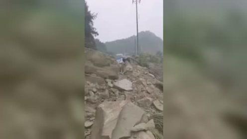 四川蓬安突发山体落石致使路人被埋:已致3死,仍在救援