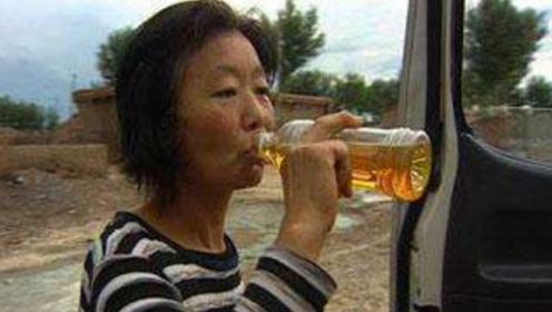 """黑龙江女子""""百毒不侵"""",喝汽油吃农药十年?专家直言:都是假的!"""