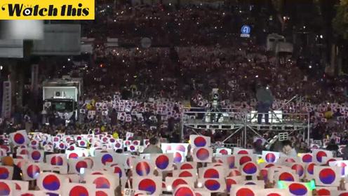 韩国市民再次举行大规模'支持祖国'集会 集体玩起'波浪游戏'