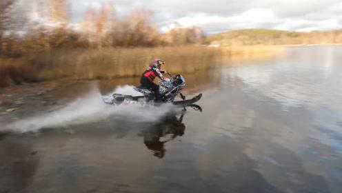 老外将铃木摩托轮胎换上滑板,油门加到底开在水面,那叫一个过瘾