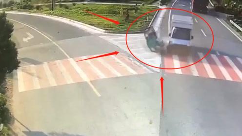 """三岔路口三轮车""""硬刚""""小货车,被撞飞20米躺地上直打滚,不是监控你敢信"""