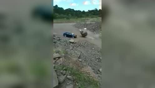 今天拆个山坡!没想到把老板的车给砸了!半年工资没了