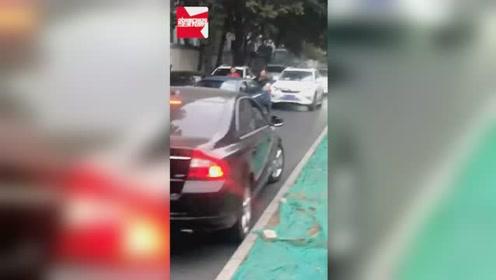 北京一女司机逆行堵死整条路,路人多次提醒遭无视:你拍啥啊