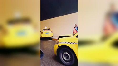 隧道口两出租车发生碰撞 其中一辆撞上隧道壁