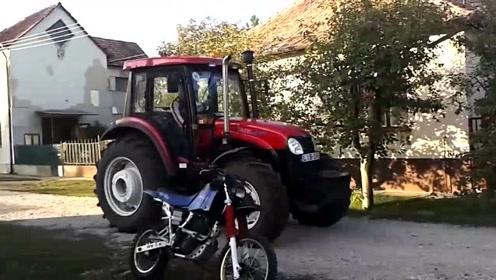 老外农民新购买的东方红拖拉机,迫不及待的上车测试