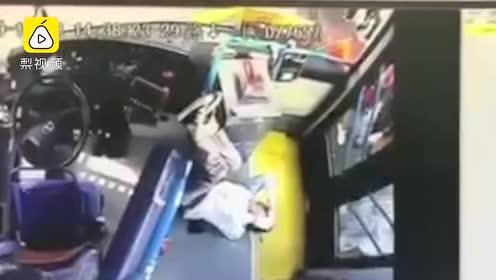 监拍:乘公交刷卡起冲突,男子暴打女司机致头部骨折