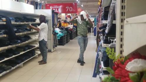 印度小伙商场恶作剧,往路人身上扔衣服,路人以为是商场停电