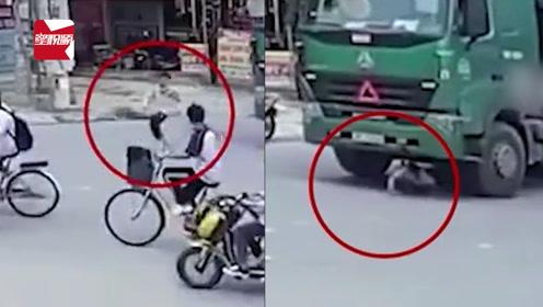 大货车转弯撞上骑车学生,男孩被卷车底竟奇迹爬出