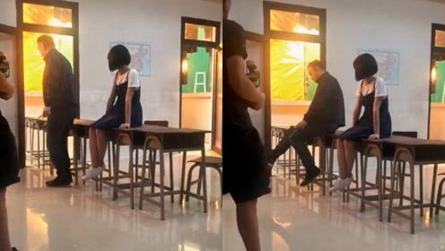 陈凯歌现场导戏,模仿小女生坐姿,比旁边的沈梦辰还可爱俏皮