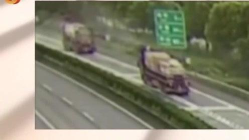 高速发生惊险一幕,商务车失控侧翻险被撞,事故现场尘烟四起!