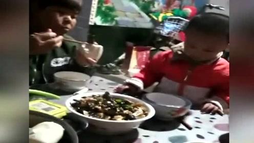 网友:婆婆只顾翻菜,从不管孩子吃不吃_