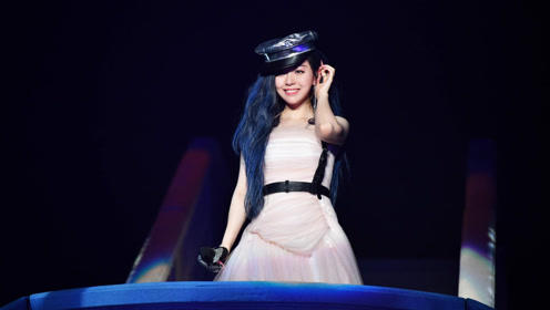 张靓颖演唱掉下舞台,看到她接下来的动作,观众纷纷拍手叫好!