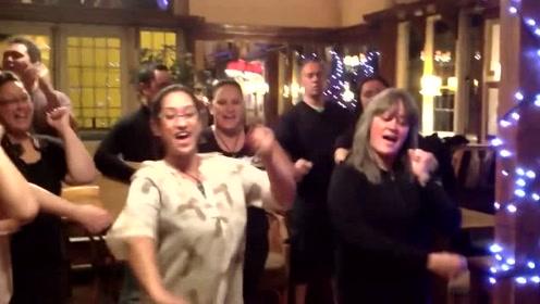 参加婚礼喝醉的毛利人,现场跳毛利战舞,气氛感染在场所有人