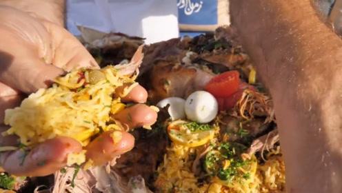迪拜土豪请客吃饭,是一整头骆驼,果然是有钱人的餐食