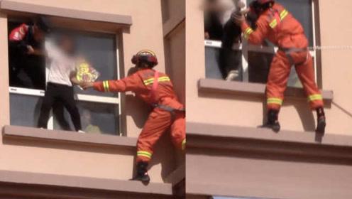 30岁女子被父亲掌掴,激动欲跳楼,消防民警合力拽回