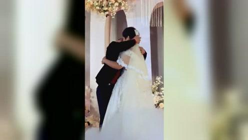 爱的多深吻得就有多深! 新郎台上抱着新娘狂吻
