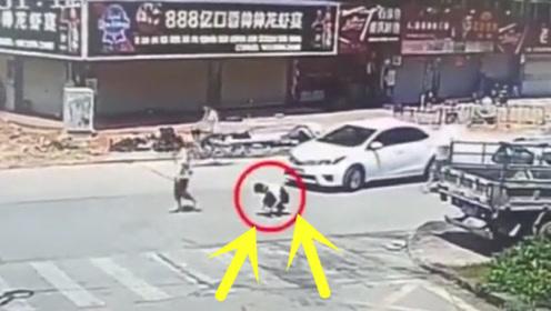 男孩突然蹲下系鞋带,瞬间进入轿车盲区!这起车祸谁的责任!
