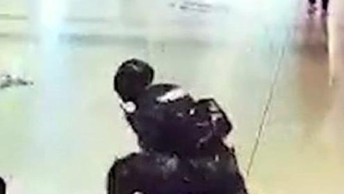 武警官兵执勤过程中,突遭一黑衣男子袭击,在警告无果情况下果断处置!
