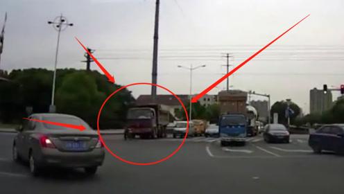 电动车被闯红灯的大货车撞飞,倒地不起,看完监控网友都怒了:太嚣张