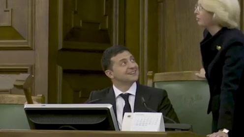 现场!乌克兰总统出访拉脱维亚 在他国议会上玩起木槌引发热议