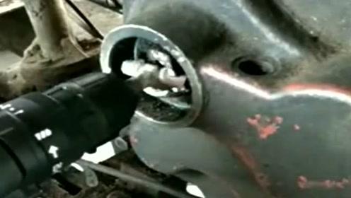 师傅用电钻启动拖拉机,还真的成功了,真的太厉害了!