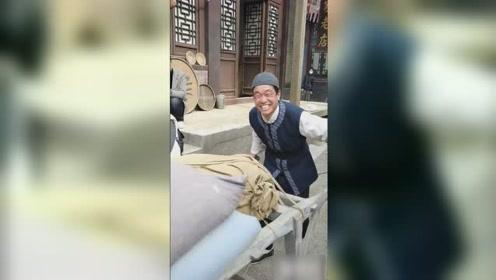 群演男子意外撞脸王宝强 穿古装卖力推车满脸笑容