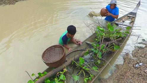 水坑中发现的破船,将水慢慢排出后,眼前的一幕令人喜出望外