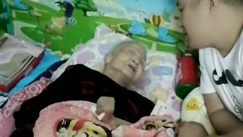 孙子假装跟奶奶借钱,奶奶:别闹了,不容易呀,攒钱