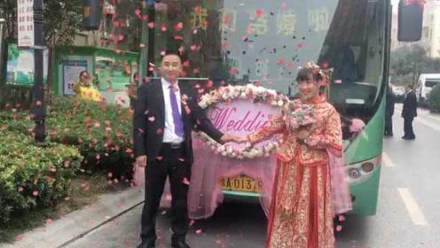 霸气!新娘穿喜服开公交,载着新郎去结婚