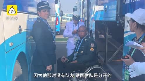 感动一幕!巴西残疾旗手独自上车难,安保背上车:我曾是军人