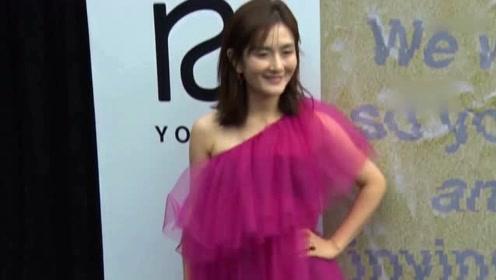 谢娜一袭红裙主持《我要上春晚》 外搭西装又美又飒
