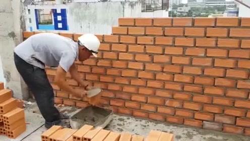 """农村大叔""""砌砖"""",工资高低,全靠手上的功夫!"""