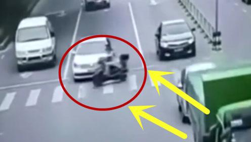 妹子骑电车横穿马路,视两边车流于无物,结果下场太悲惨!