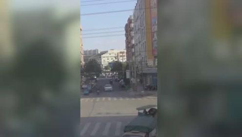 男子骑电动车被撞飞 翻滚360度后瞬间站了起来