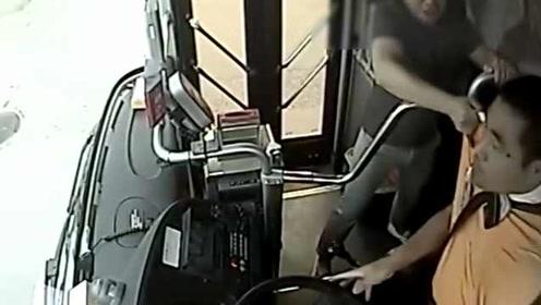 刑拘!男子戴耳机坐过站,想下车被拒:抢挡位杆还撕扯司机