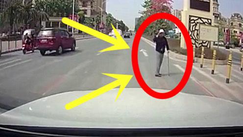 80岁大爷独自过斑马线,小车停车礼让,下一秒司机泪目了太感动!