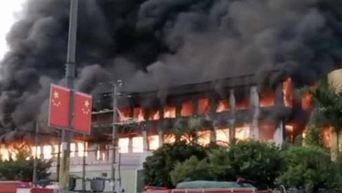 东莞一工厂突发火灾,现场火苗直冲窗外,黑烟蔽日