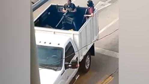 心酸!墨西哥多地枪声四起 妈妈抱起孩子一路狂奔大喊:帮帮我