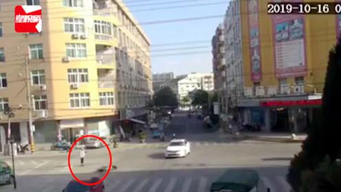 男子骑电动车被撞飞,翻滚一圈瞬间站起, 网友:哥们肯定练过