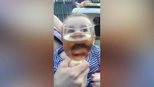 宝宝看到喝的东西,直接就开始动自己的嘴了,真是太搞笑了!