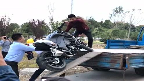 农村小伙赶摩托车上货车,刚开始霸气十足,结果差点就失手了