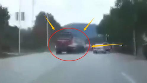 """大货车遭遇轿车""""鬼探头"""",撞飞20米后撞停在墙边,网友:这责任算谁的?"""
